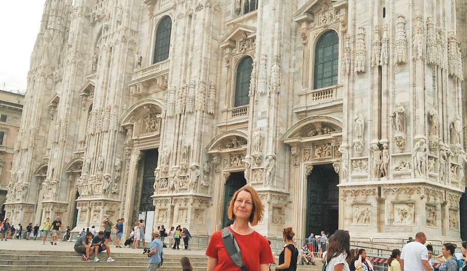 Grafik Designerin von developdesign vor dem Dom in Mailand